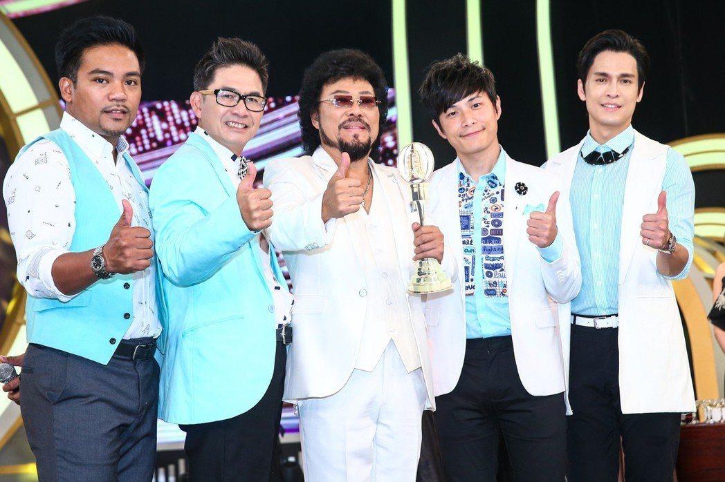 綜藝大哥張菲(中)與綜藝菲常讚主持群撒基努(左起)、宏都拉斯、GINO(右一)、...