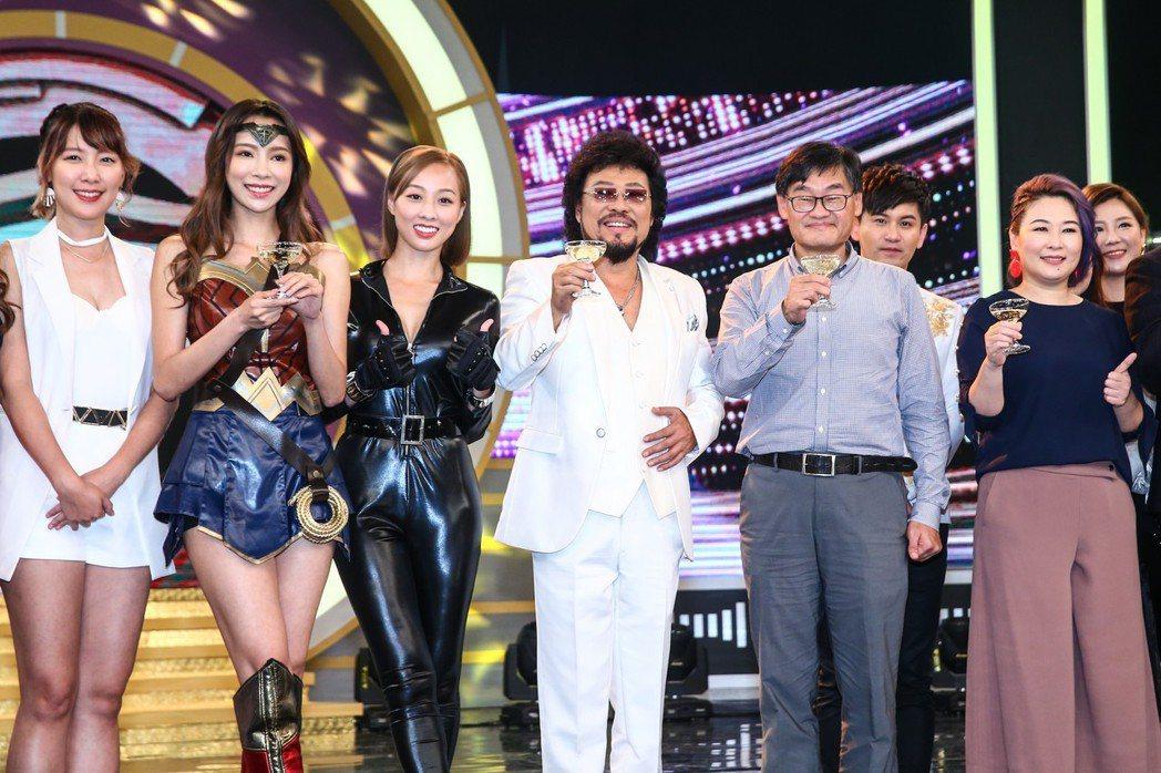 綜藝大哥張菲(左四)在華視攝影棚舉杯慶祝入圍本屆金鐘獎綜藝節目主持人獎。記者王騰...