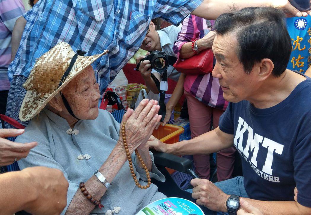 前總統馬英九參與台中「反空汙、反核食、反深澳電廠」公投連署,與103歲岑媽媽握手...