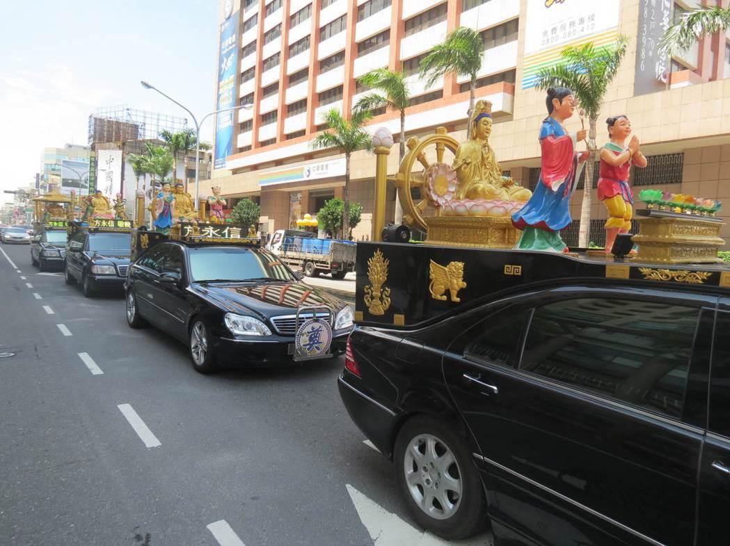 今年7月蔡英文總統車隊到達台南全國孝行獎頒獎典禮會場前,預定路線出現出殯車隊。 ...