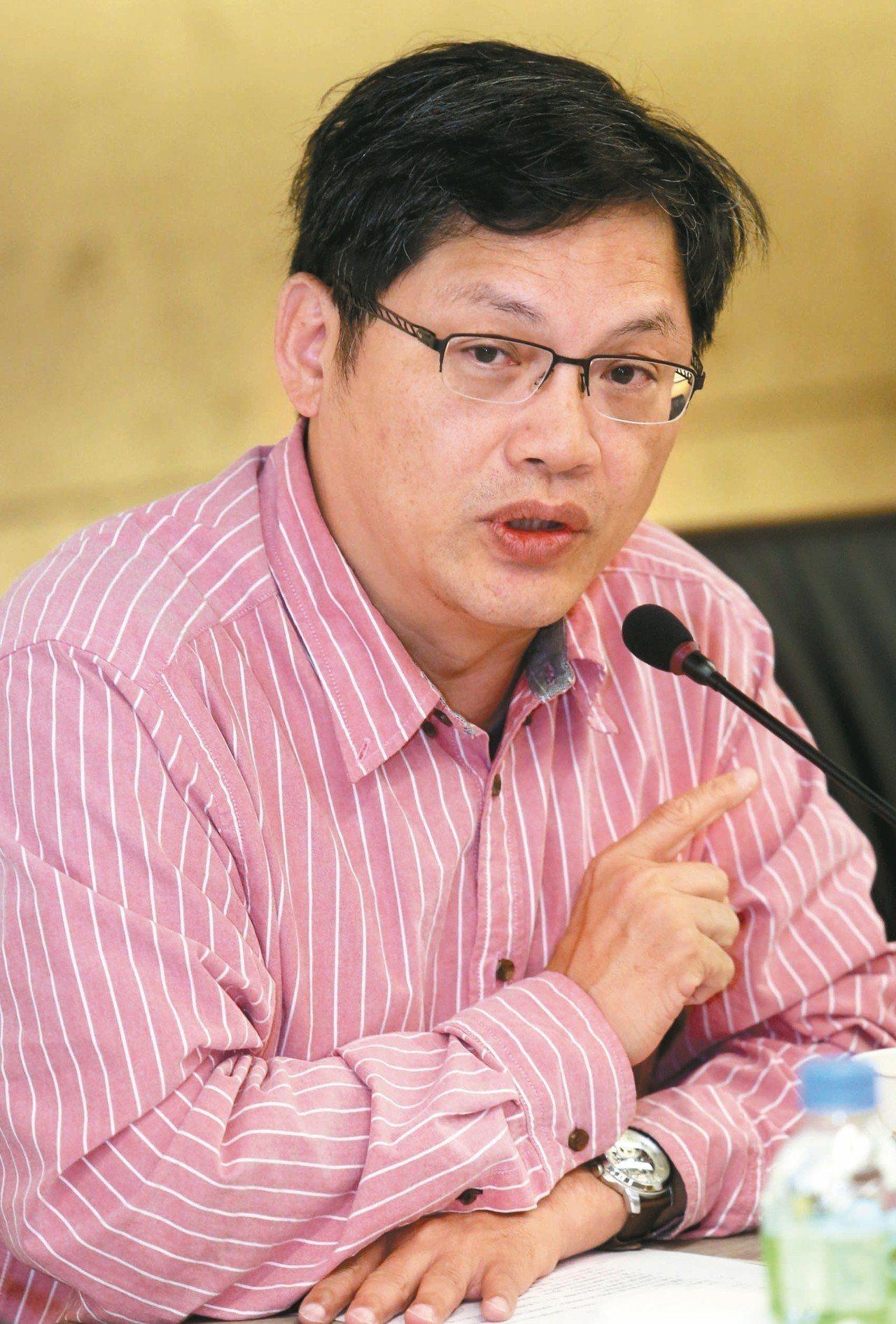 文化大學校長懸缺多時,去年遴選出盧希鵬(見圖)為校長當選人,但董事長張鏡湖拒絕將...