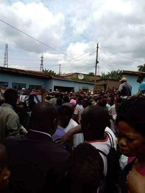 附近居民聚集在一起,圍觀這起事件的肇事者。 圖/取自Bayodele Kolaw...