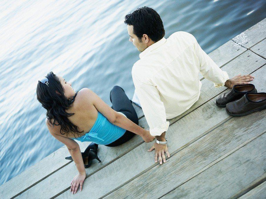 先不論穿內增高鞋墊聯誼算不算說謊,遇到要脫鞋的情況很快就會漏餡。示意圖,圖片來源...