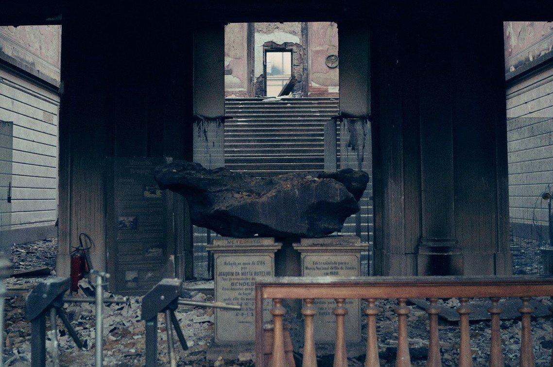 大門口的40億年隕石,是少數沒燒盡的館藏。 圖/美聯社