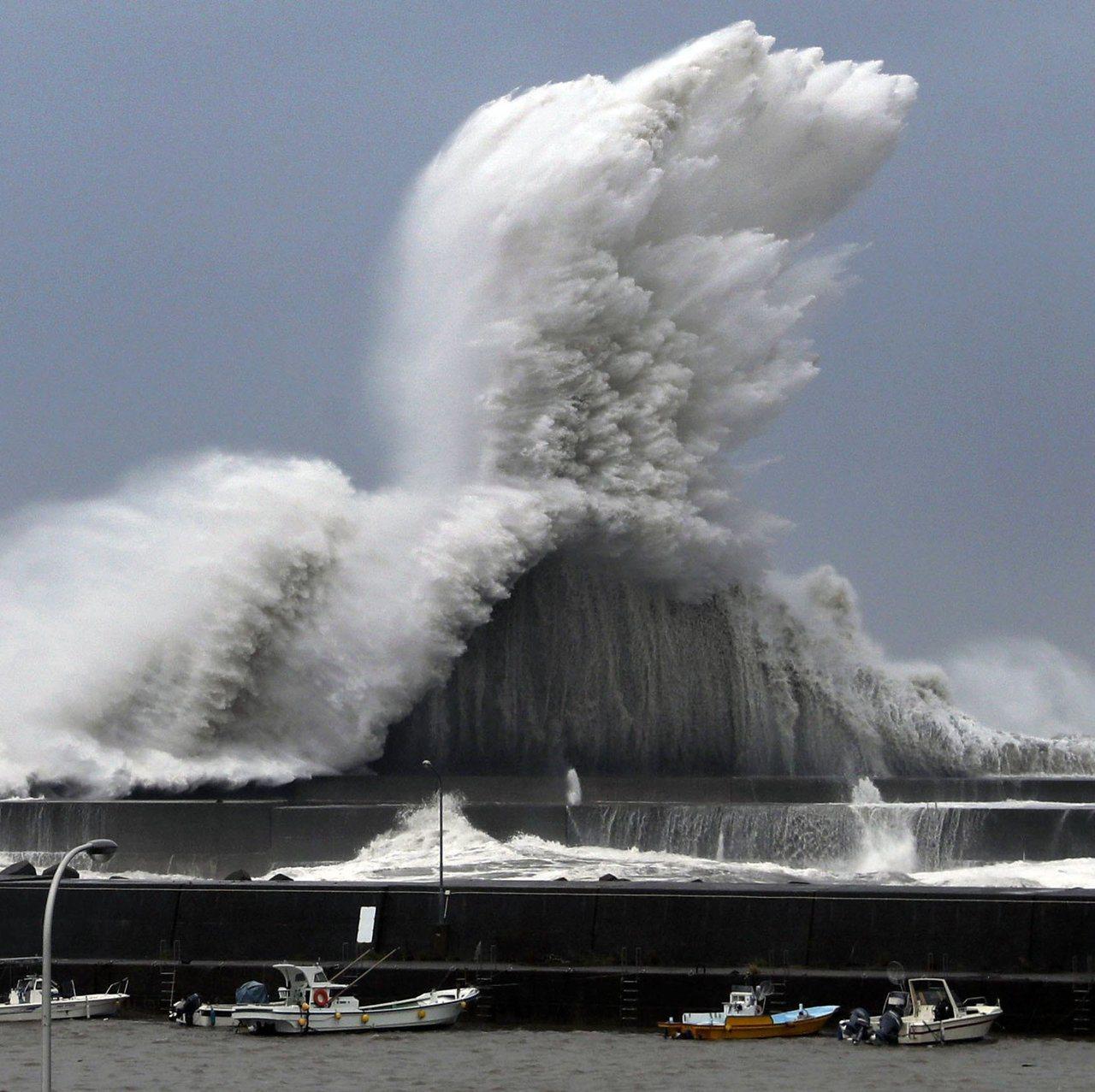 日本海邊受到颱風來襲,各地出現超級巨浪。風速也破表。圖擷自Japan Today...