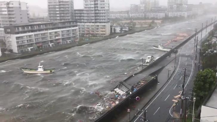 日本海邊受到颱風來襲,城市內河流水位變高。圖擷自Japan Today News