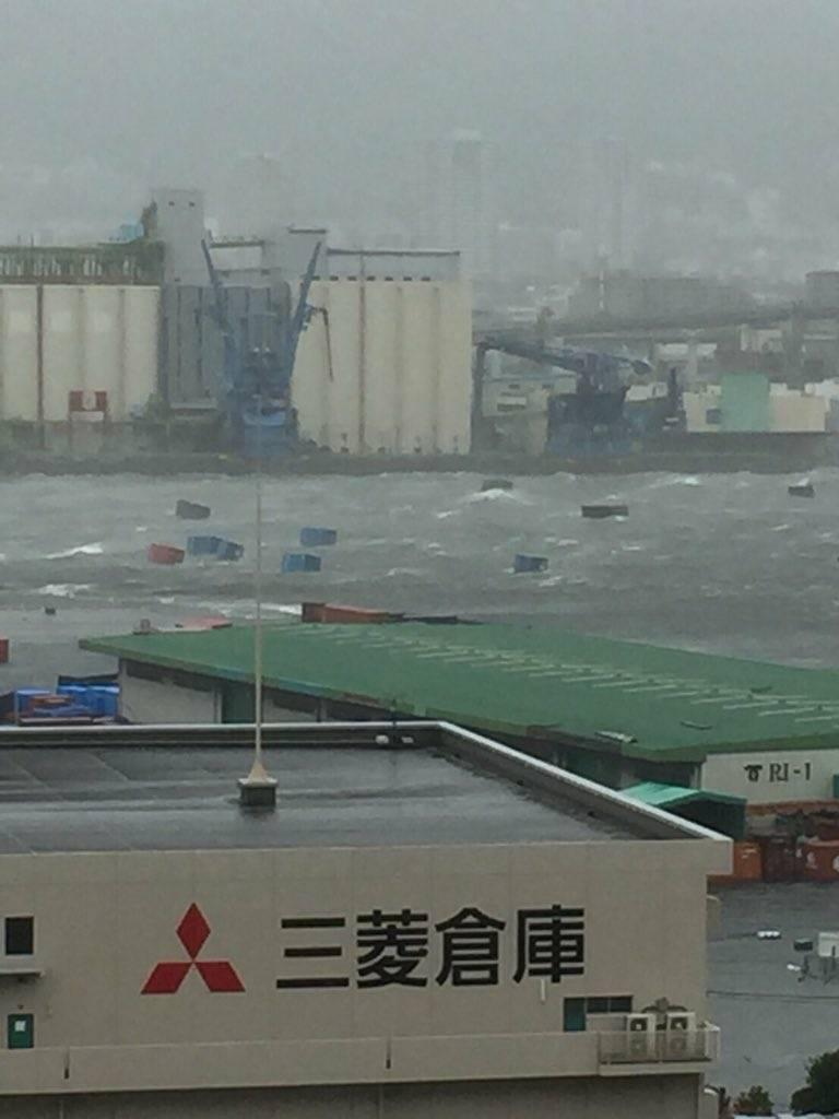 貨櫃被風吹到海上。擷自推特