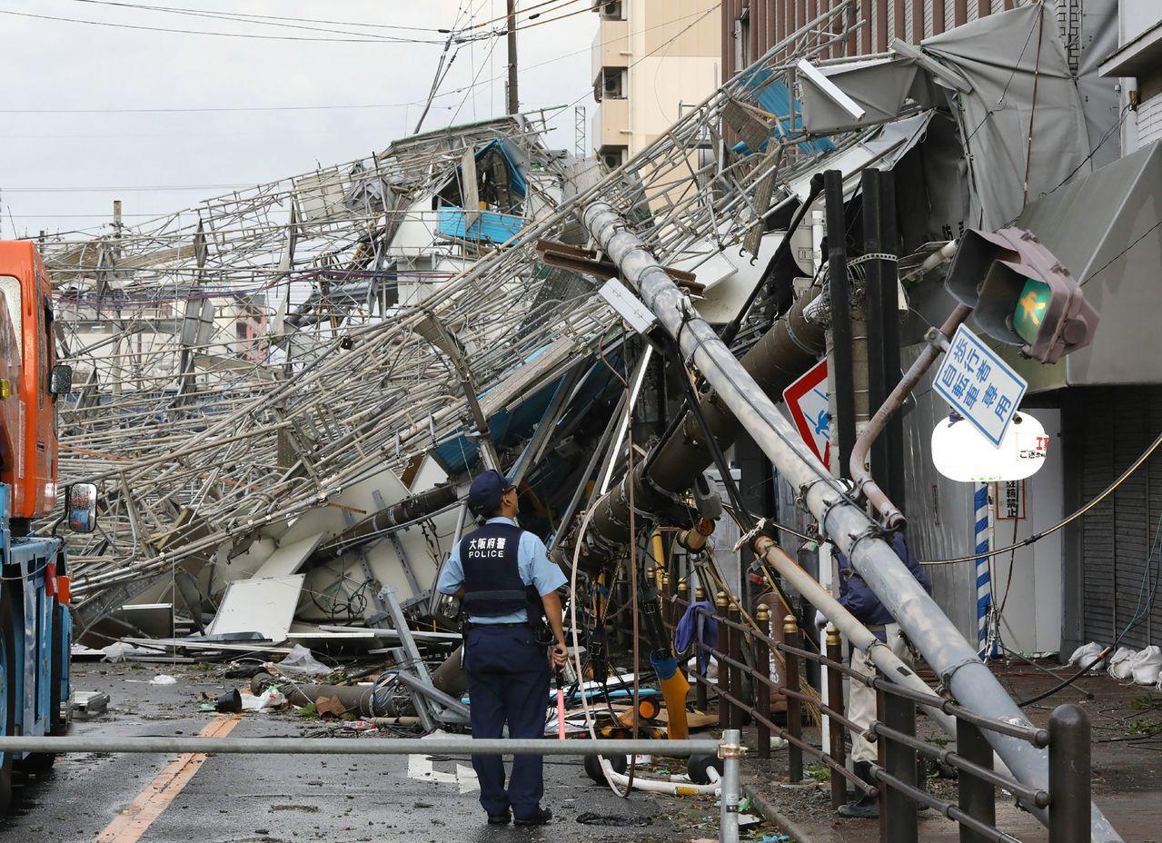 燕子侵襲西日本,毀損多處建築物。 法新社
