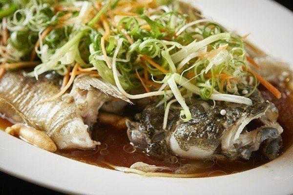 清蒸筍殼魚肉質鮮嫩細緻。