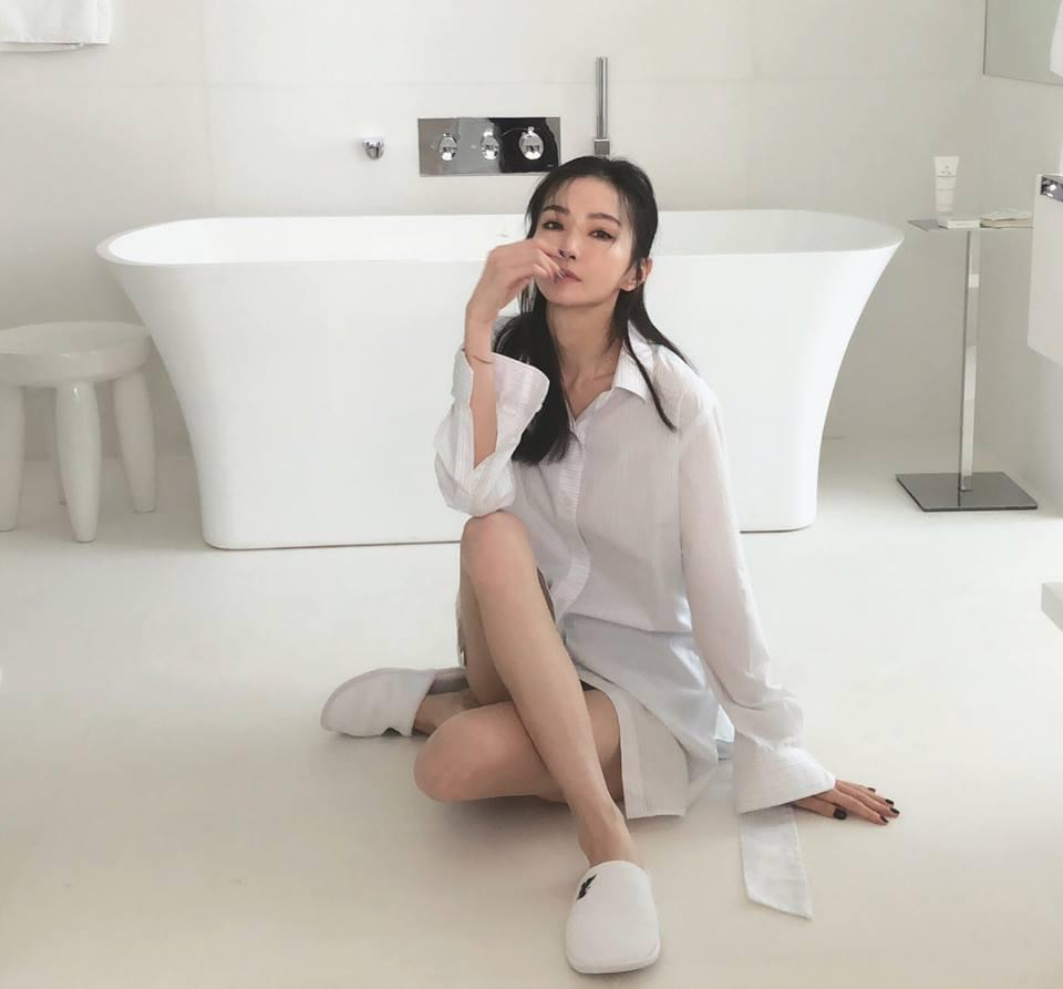 謝金燕不忘秀出招牌美腿。圖/摘自臉書