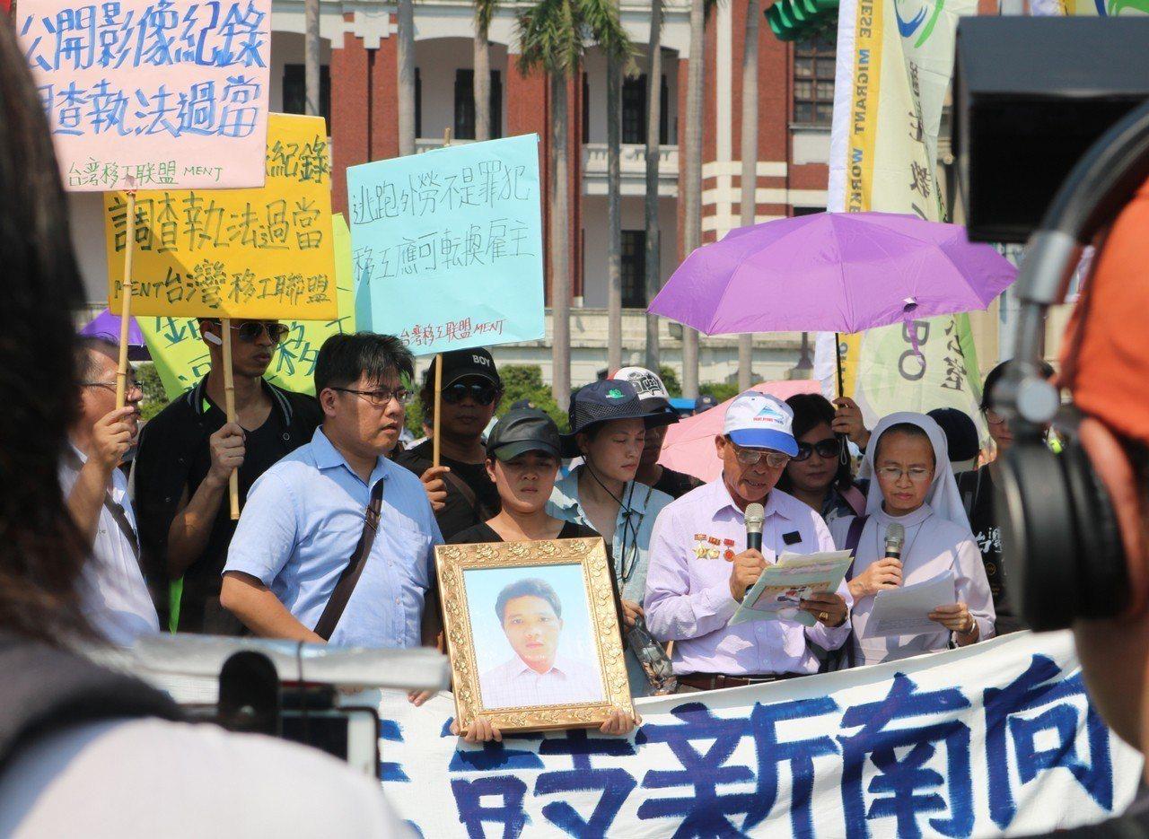 去年10月,阮國非的父親阮國同從越南來台,在總統府前陳情,請求知道阮國非死亡的真...