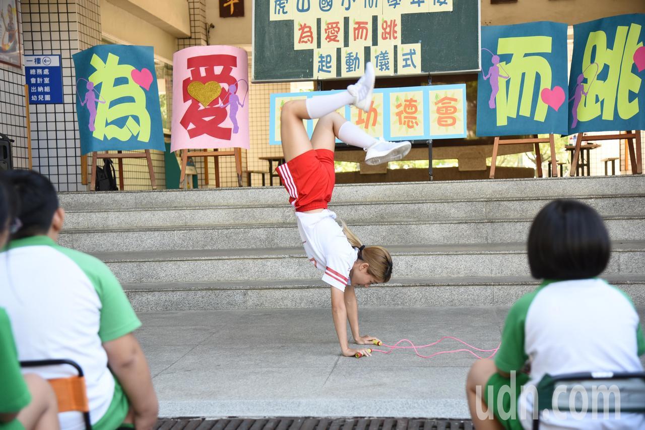 跳繩教練「小海」邵海萸今指導虎山國小孩子正確的跳繩技巧,並表演高難度的花式跳繩。...