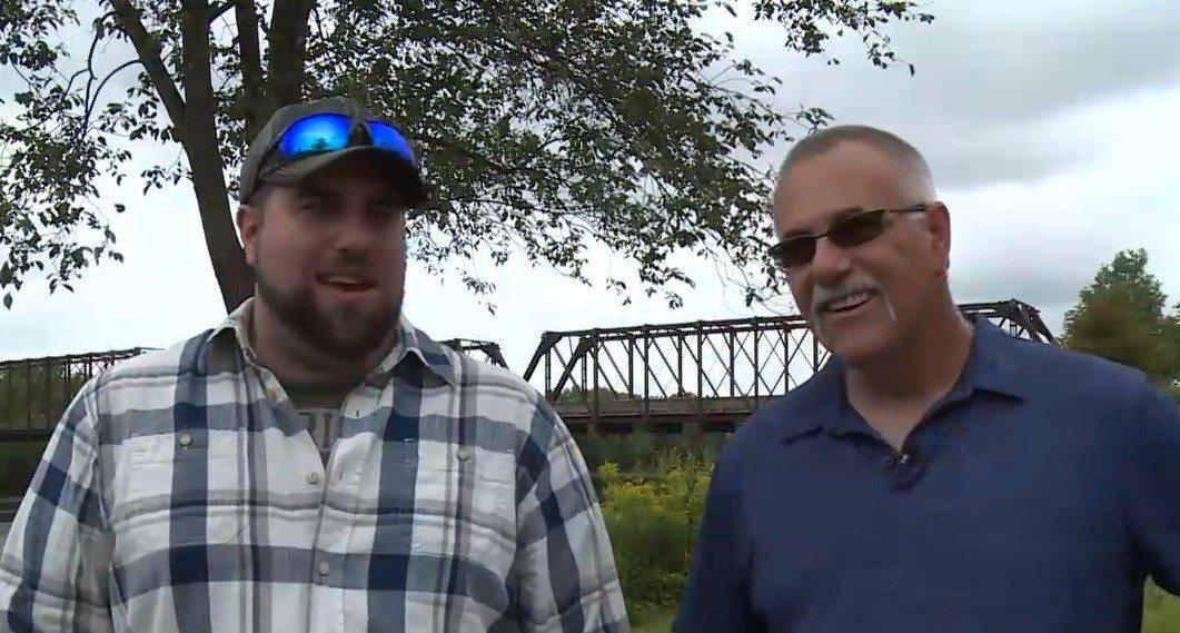 美國威斯康辛州蒂爾登男子布斯(左)發現共事兩年的同事鮑伯(右)是他生父。截自WE...