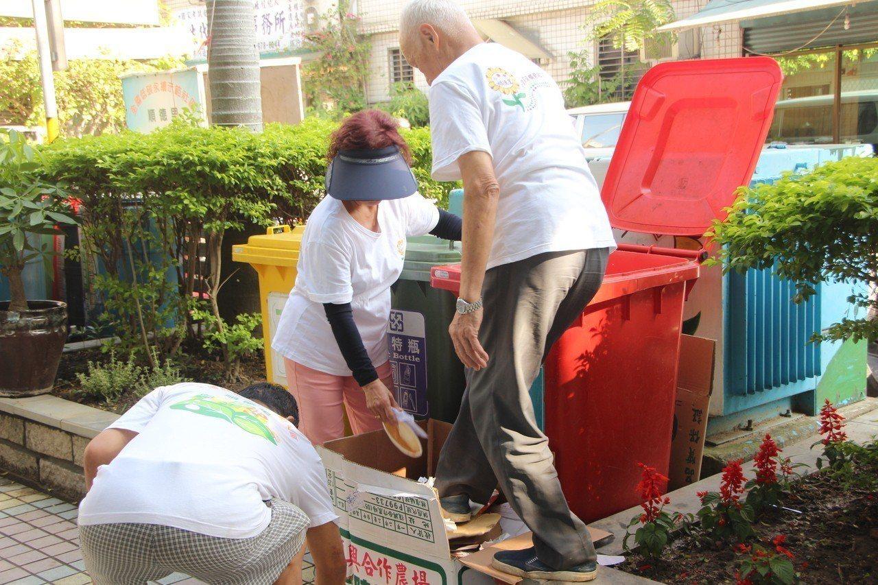 新北市環保局表示,新北市公立學校的回收物都交由環保局清潔隊處理,不會有拒收問題,...