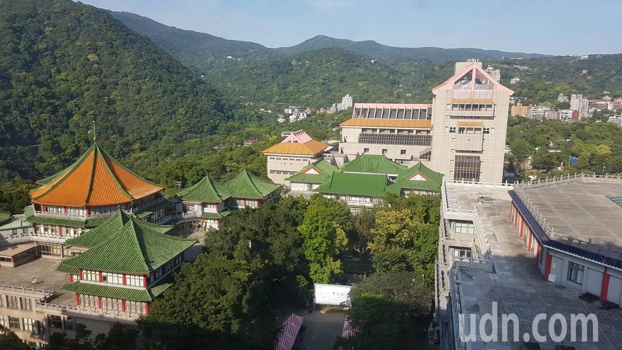 文化大學董事會去年11月遴選出新校長盧希鵬,迄今未報部核定,並將重啟遴選。聯合報...