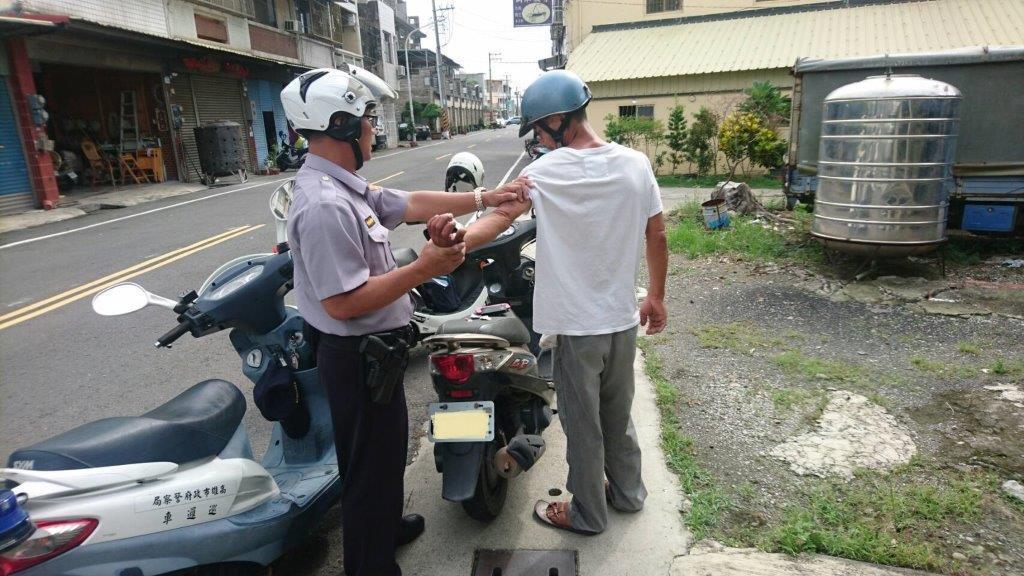 雙姓男子(右)光天化日帶著毒品上路,遭警方攔下送辦。記者徐白櫻/翻攝