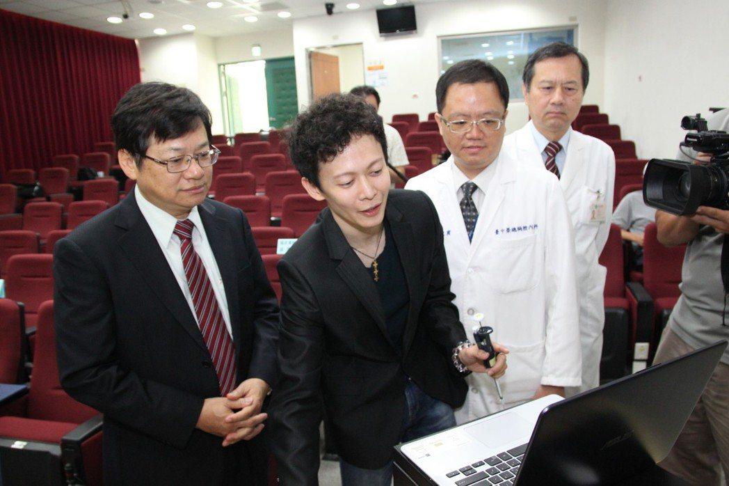 發明人國家實驗研究院奈米元件實驗室的鄭宜肪(左二)說明「抗生素藥敏檢測晶片」操作...