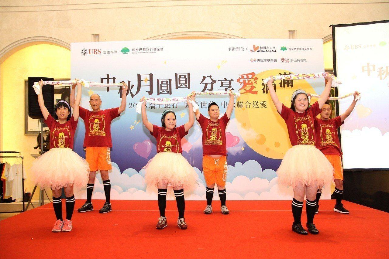 樂山天使以精彩熱情的唱跳表演舞出自信。