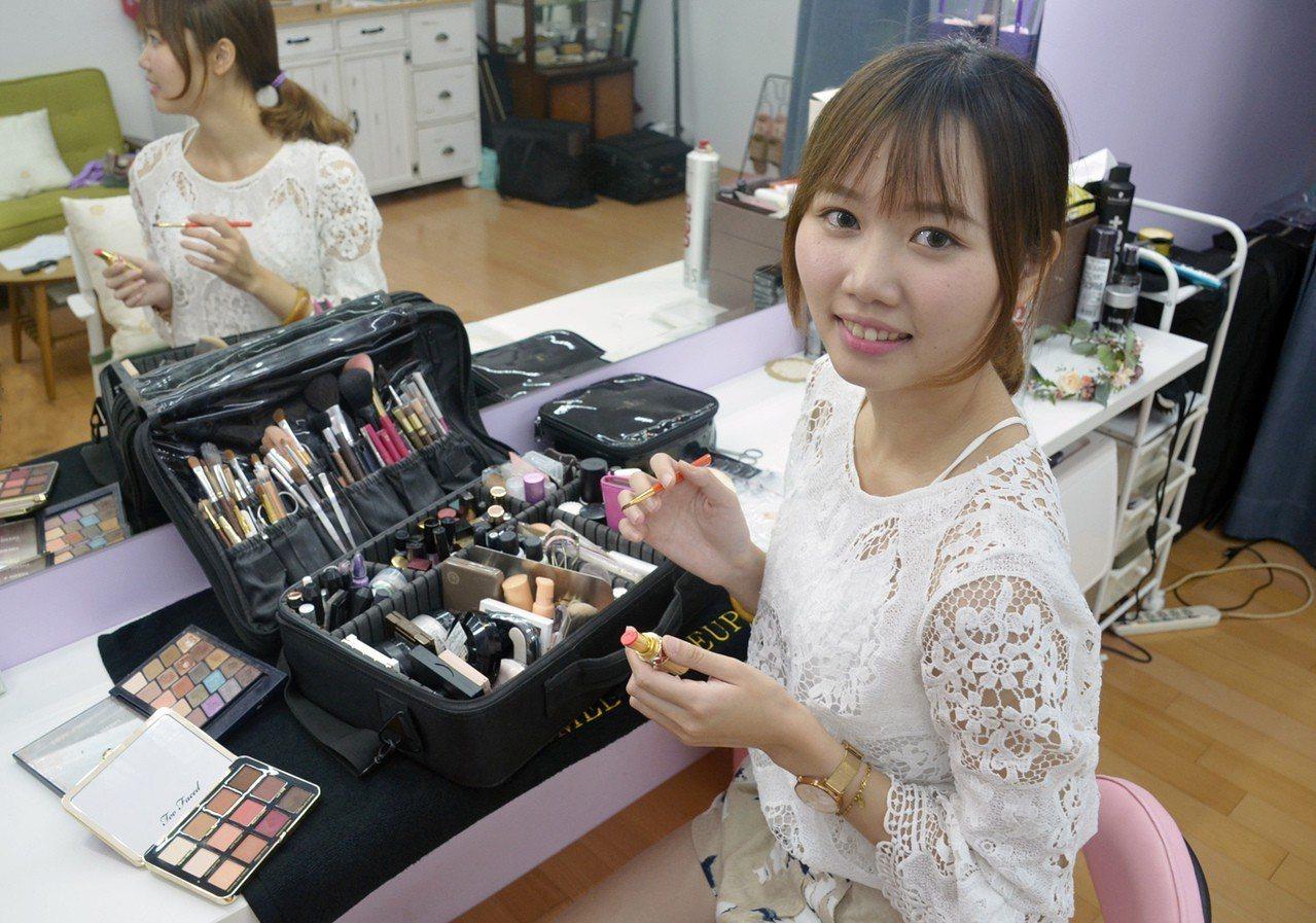 曾是食品公司會計的郭千瑜,參加職訓拿到新娘秘書國際證照,她開工作室,薪水從原本2...