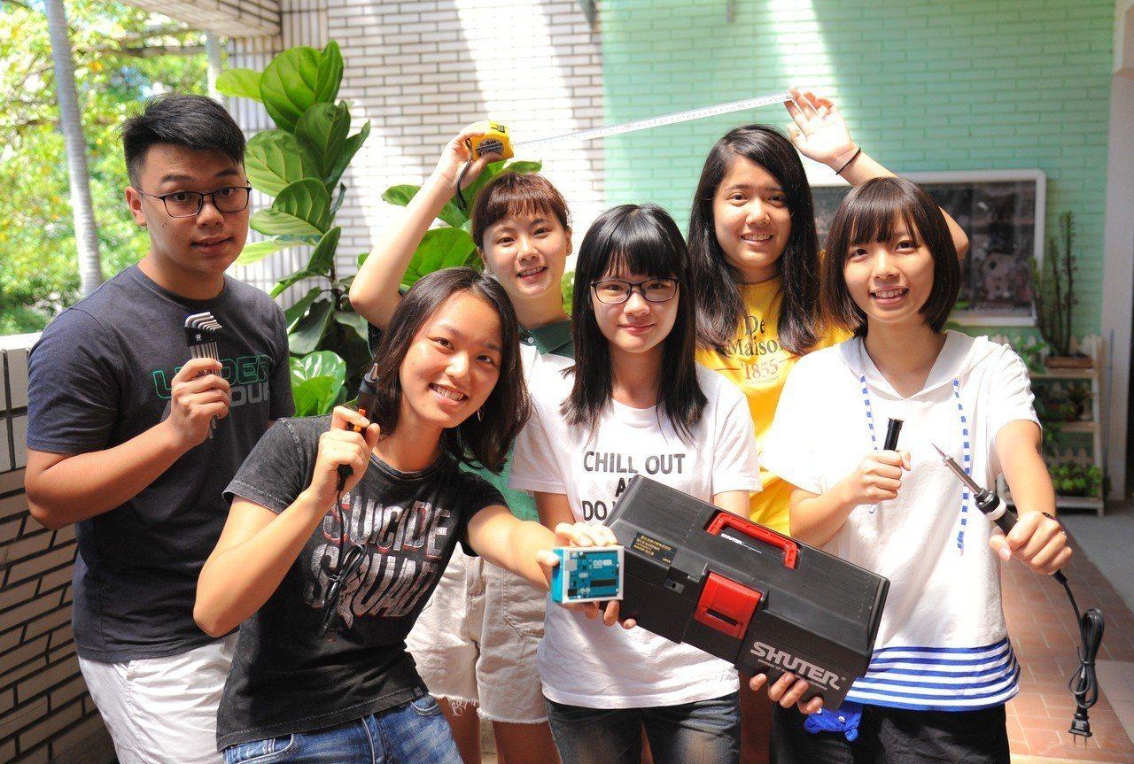 國立清華大學首度招收的「藝術學院學士班」第一屆學生報到了,19名新生收到學校精心...