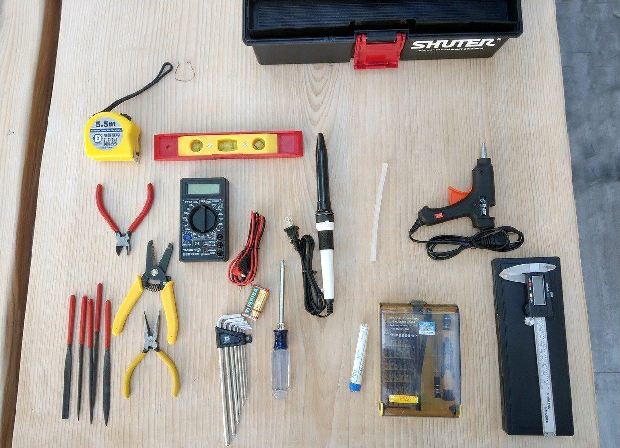 專屬工具箱內有銲槍、熱熔膠槍、銼刀、數位電錶、數位游標卡尺,以及電路板晶片等數位...