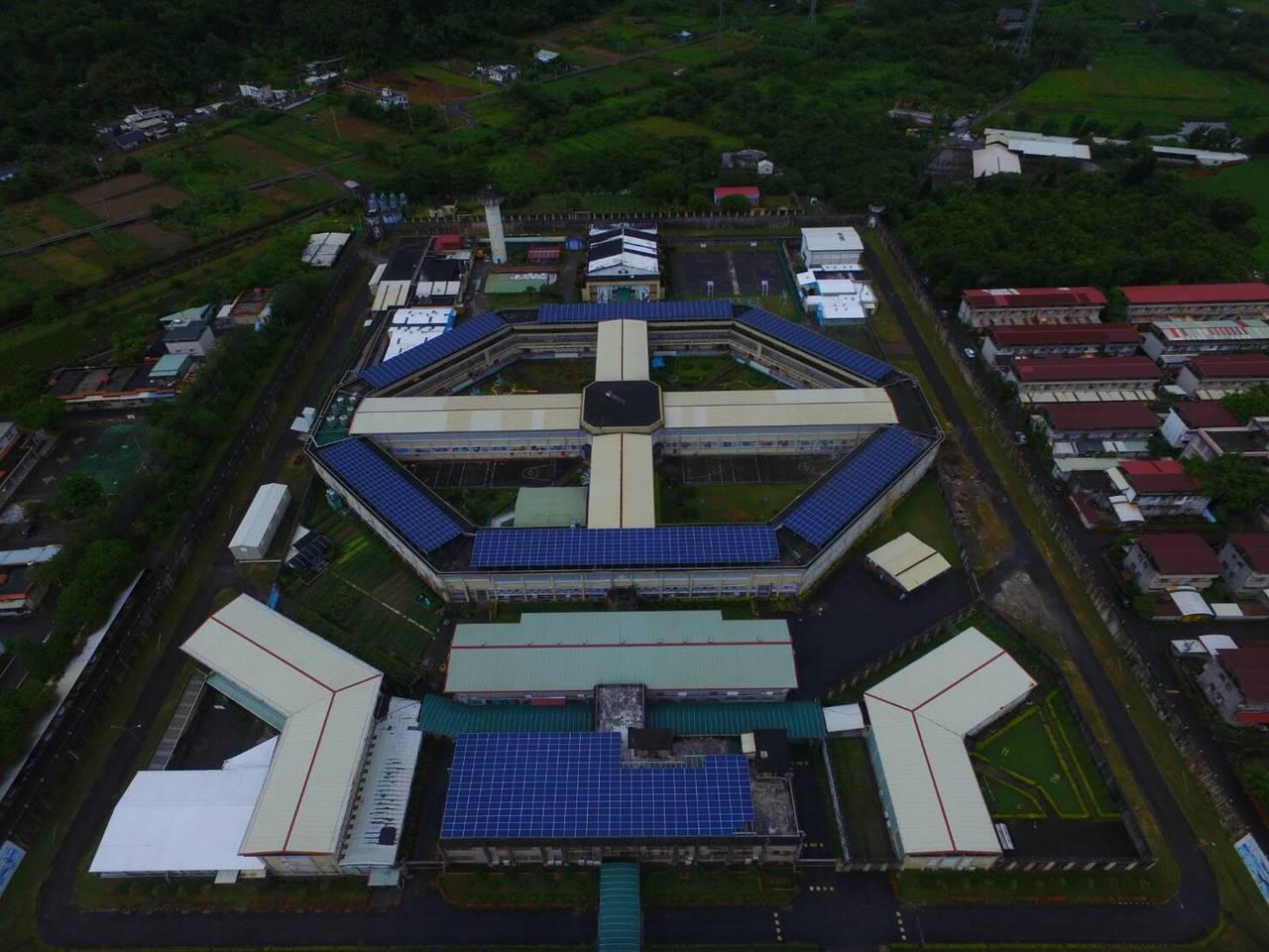 花蓮監獄去年與業者合作,在監獄場舍屋頂種電,每年約可配分到45萬元回饋金。圖/花...