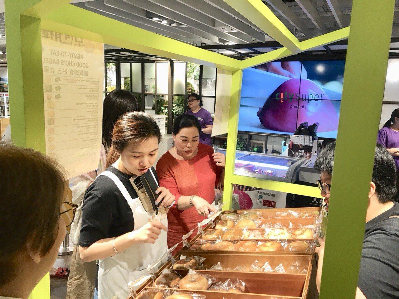香港名主持人、美食家盧覓雪造訪好丘貝果櫃位捧場。圖/好丘貝果提供