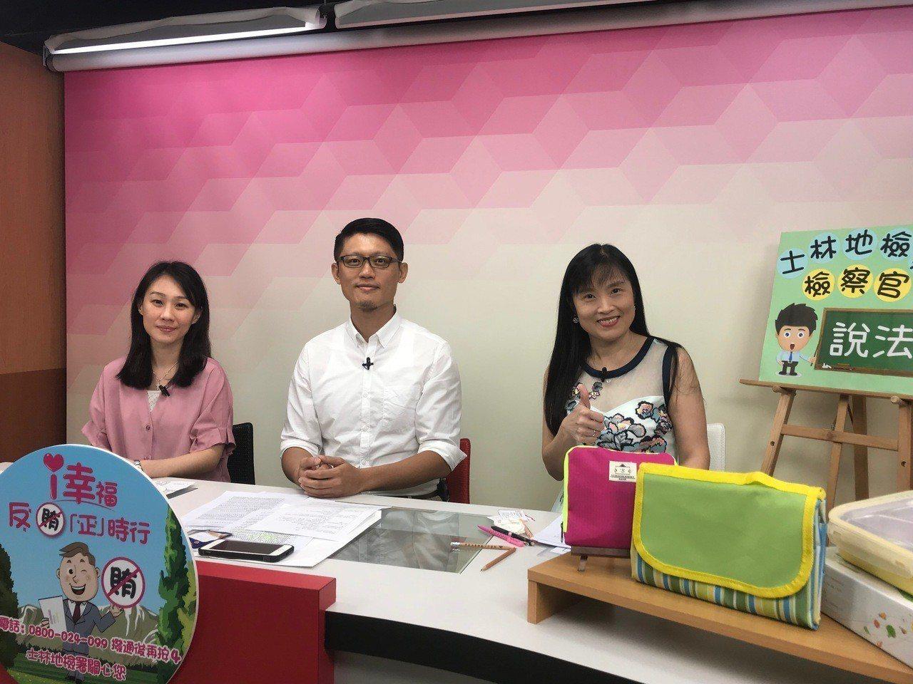 士林地檢署檢察官王碩志(右)及周芝君(左),今下午上廣播節目宣導反賄選。記者蕭雅...