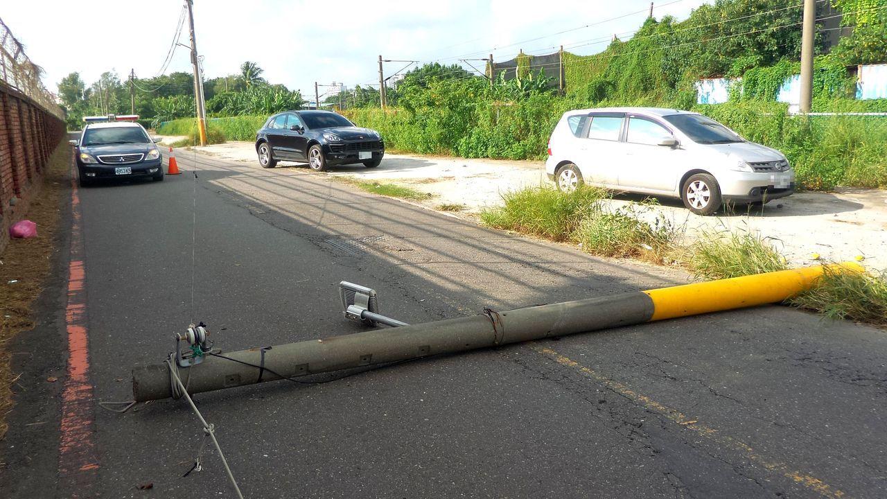 劉姓女子在車上調整衣服,撞斷電桿,電桿不巧正橫阻道路。記者林保光/攝影