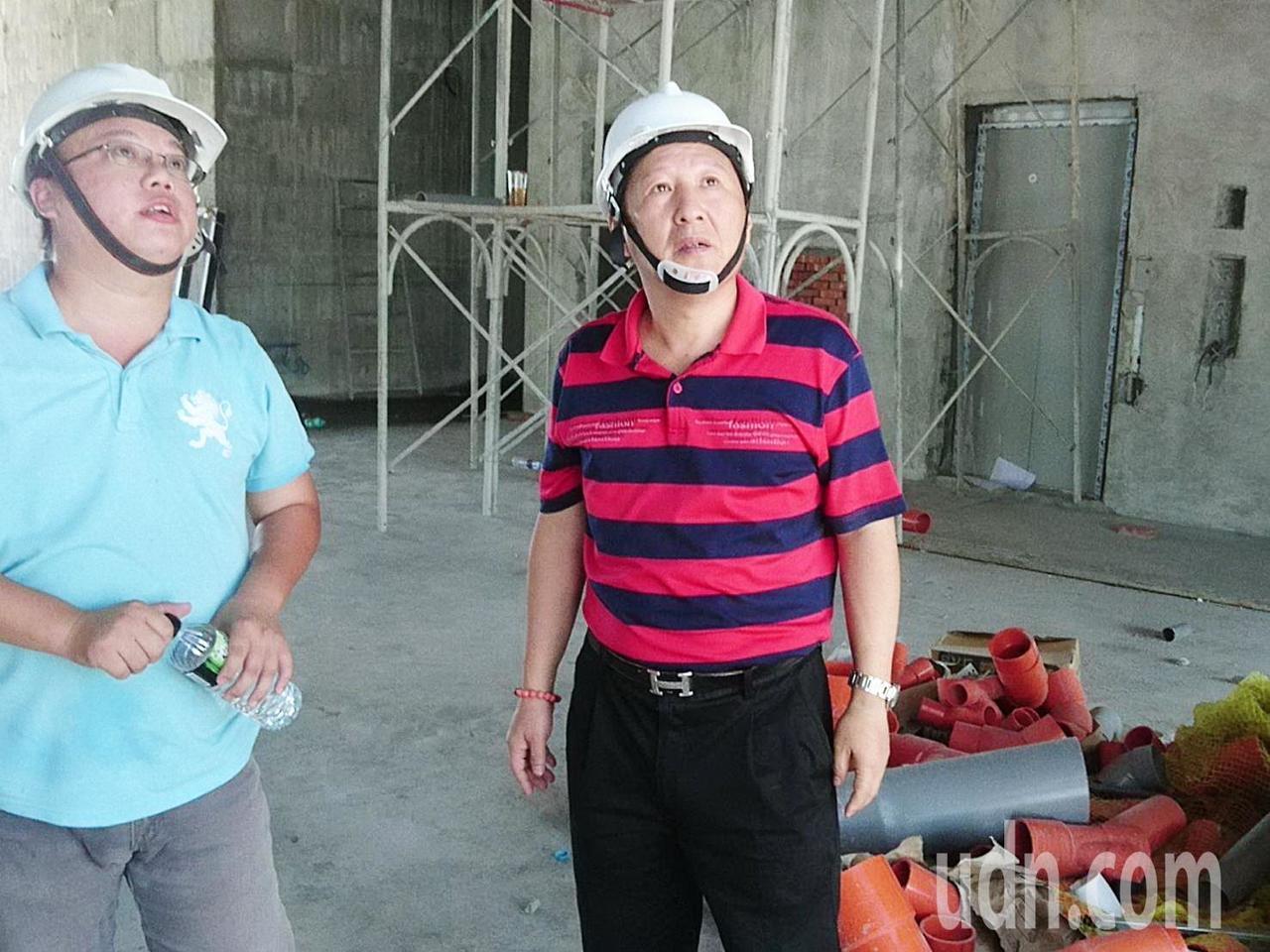 吳俊立今天忙著在自己投資興建的飯店工地視察。記者羅紹平/攝影