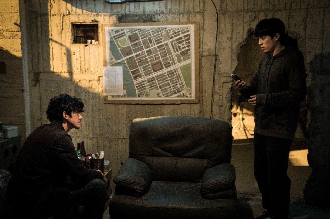 林哲熹(右)、吳慷仁(左)在「狂徒」中培養兄弟情誼。圖/貴金影業提供