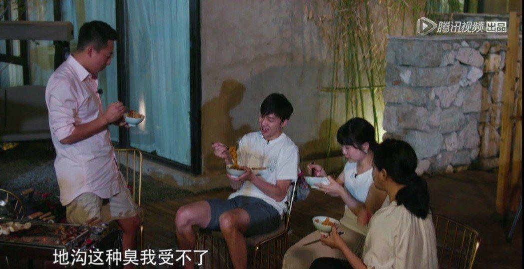汪小菲(左)表示受不了台灣臭豆腐。圖/摘自微博