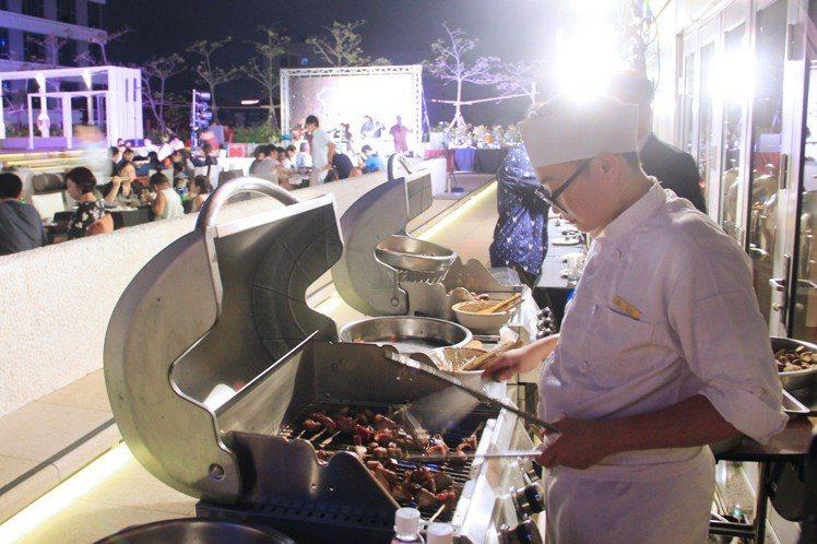 台南晶英酒店9月23日在池畔舉辦「中秋池畔晚宴」,由專業燒烤師父碳烤多樣食材。圖...
