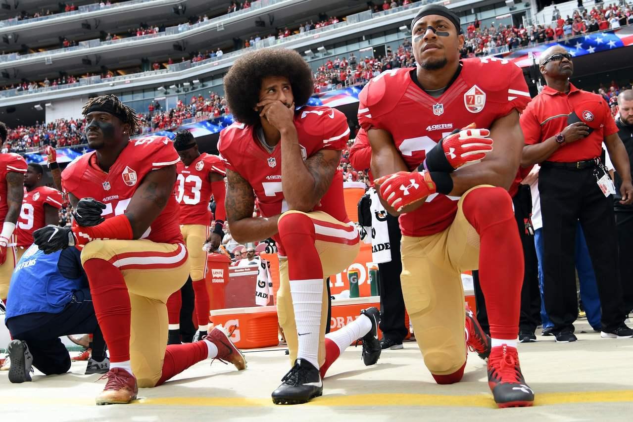 卡普尼克(中)和隊友2016年時在賽前演奏國歌時單膝下跪,抗議種族歧視問題。(法...