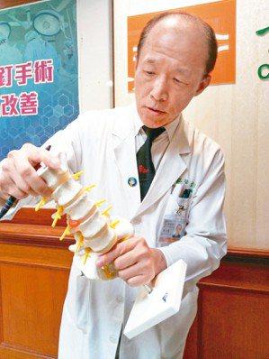 基隆長庚醫院神經外科主治醫師昝文清指出,長期姿勢不良會引發腰椎骨刺,近年年輕案例...
