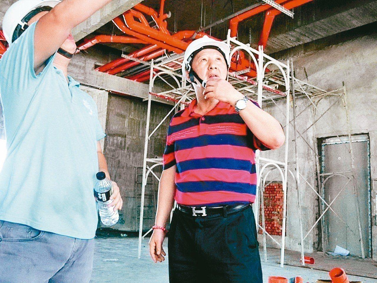 前台東縣長吳俊立昨天忙著在自己投資興建的飯店工地視察施工進度。 記者羅紹平/攝影
