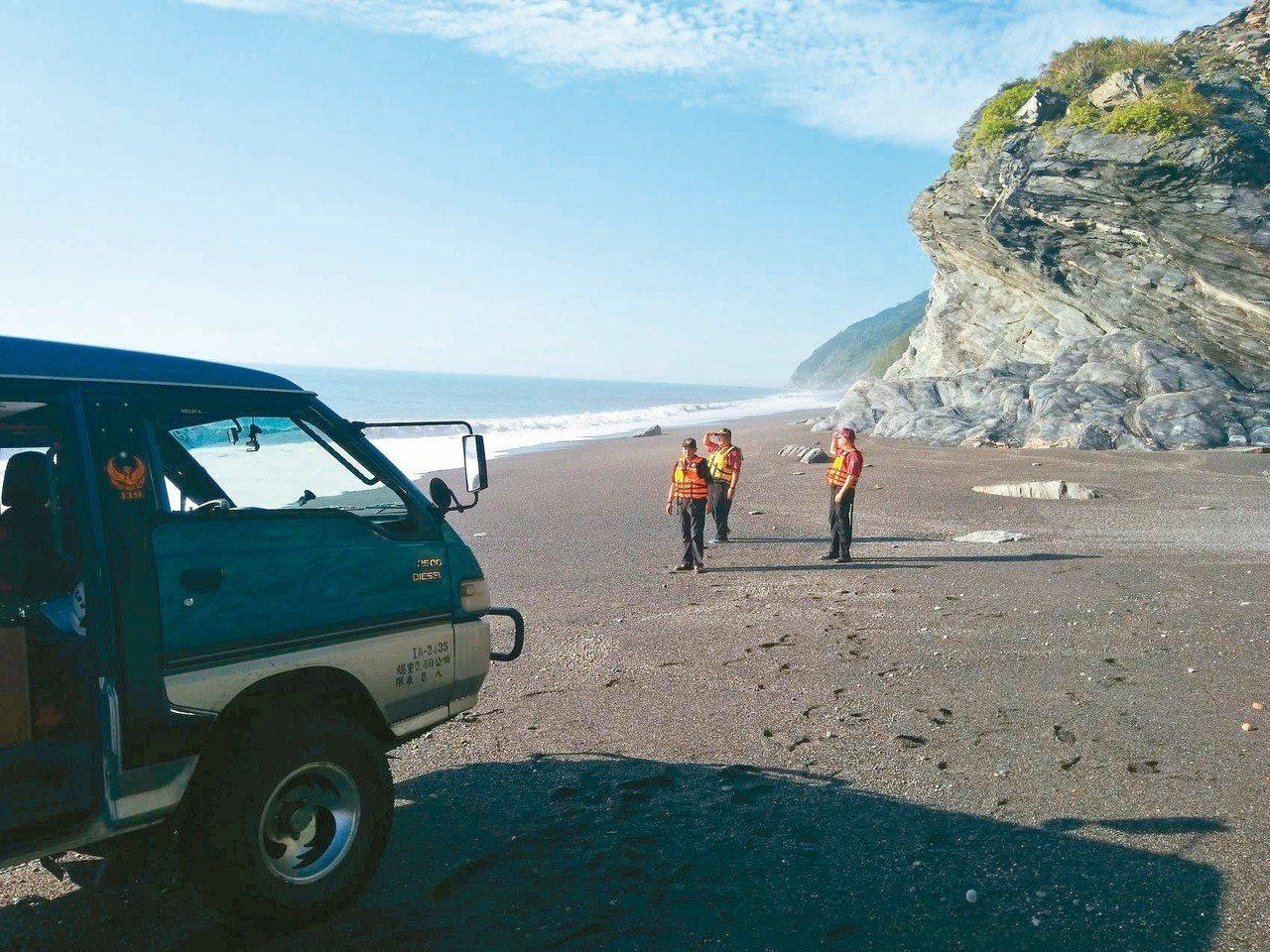 宜蘭縣政府今拉封鎖線,禁止遊客進入神祕沙灘十天。 圖/宜蘭縣消防局提供