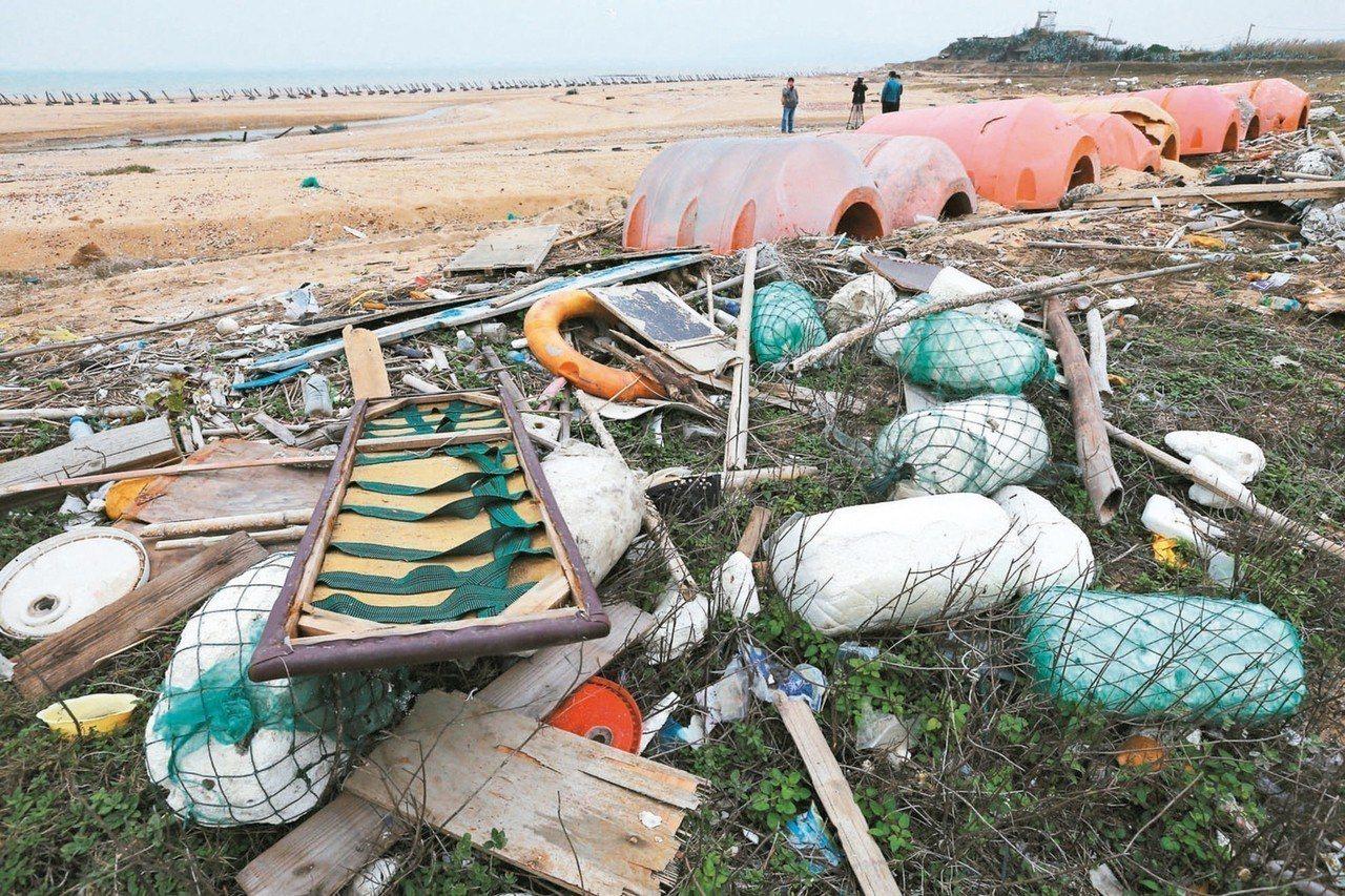 金門安岐海岸充斥大型浮筒等海洋垃圾,多數來自大陸,毀了這處原本美麗的沙灘。 圖/...