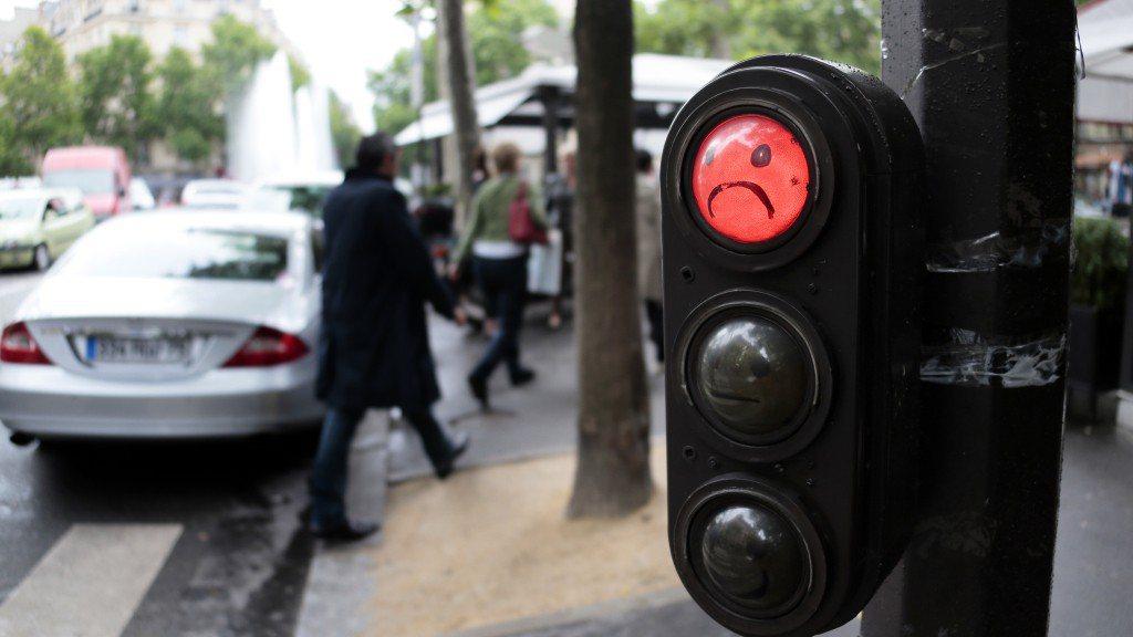 巴黎紅綠燈上,有圖案告訴行人能否過馬路。 (法新社)