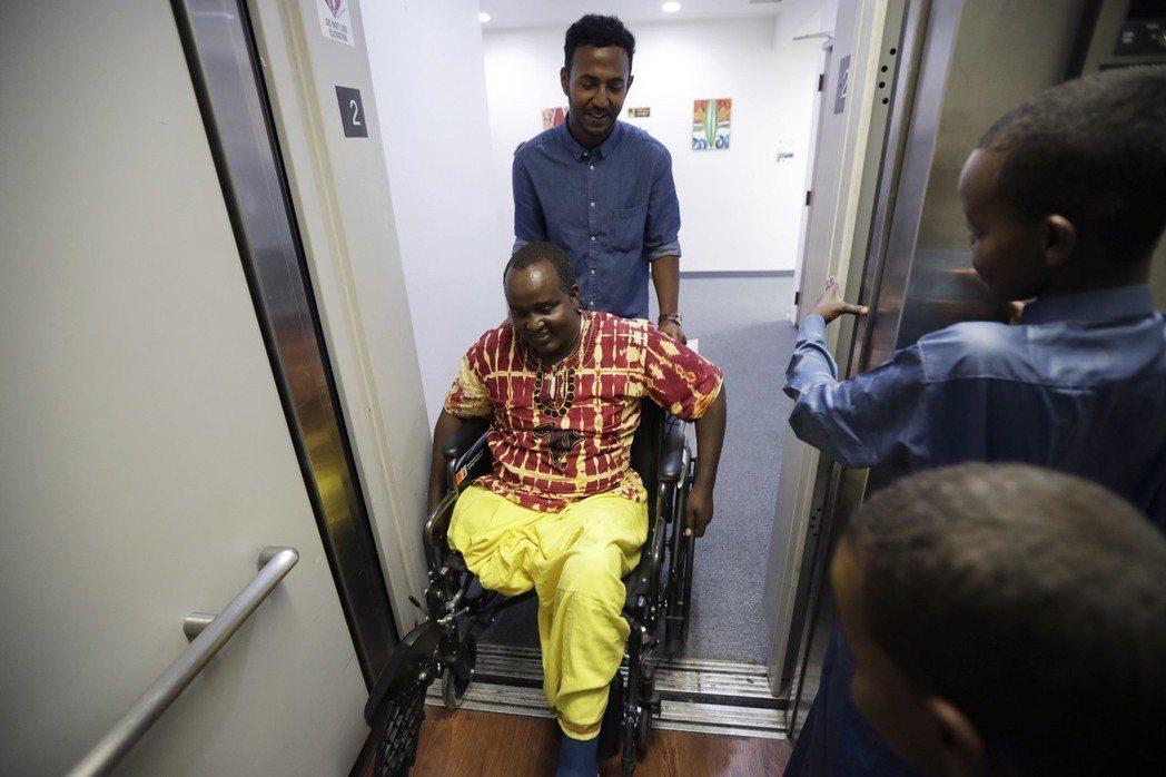 美國法律規定電梯門必須開得夠久,好讓行動不便人士進出,一些電梯因此故意讓關門按鈕...