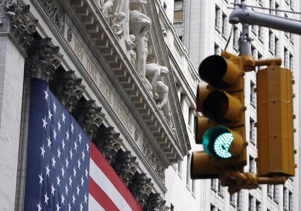 美國大城市的交通號誌都已改用自動控制或感應裝置,紐約街頭的行人穿越道按鈕多半早已...