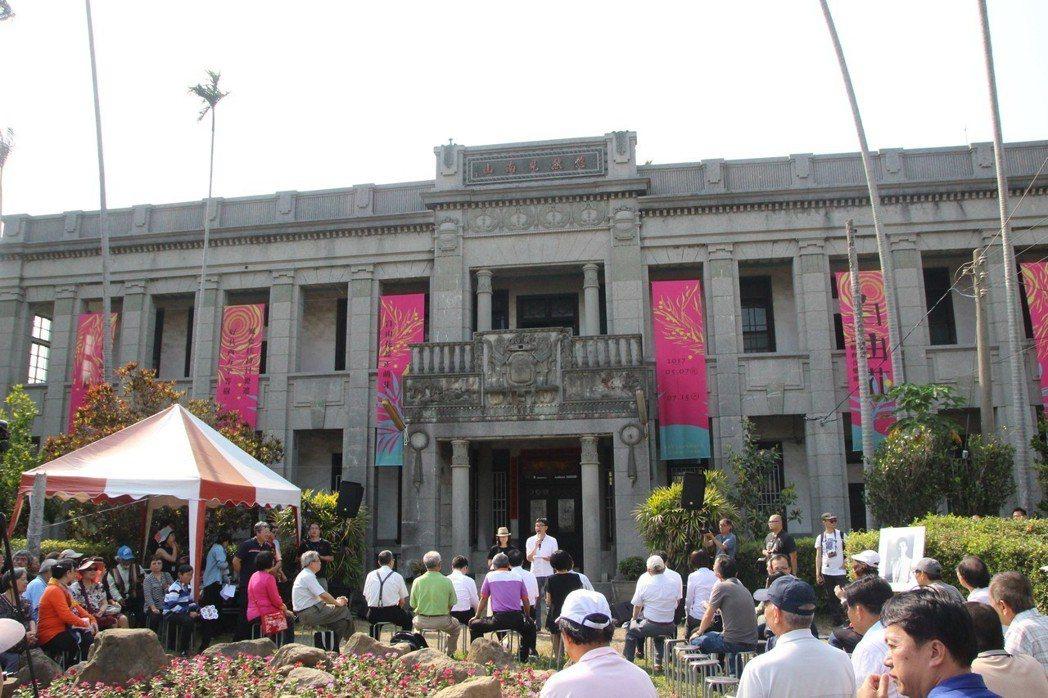 默園建築去年掛上賴和音樂節旗幟對外開放。 記者林敬家/攝影