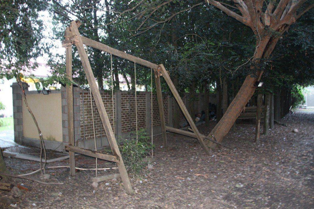 洪若潭命案住宅後方還留有舊時的鞦韆。 記者林敬家/攝影