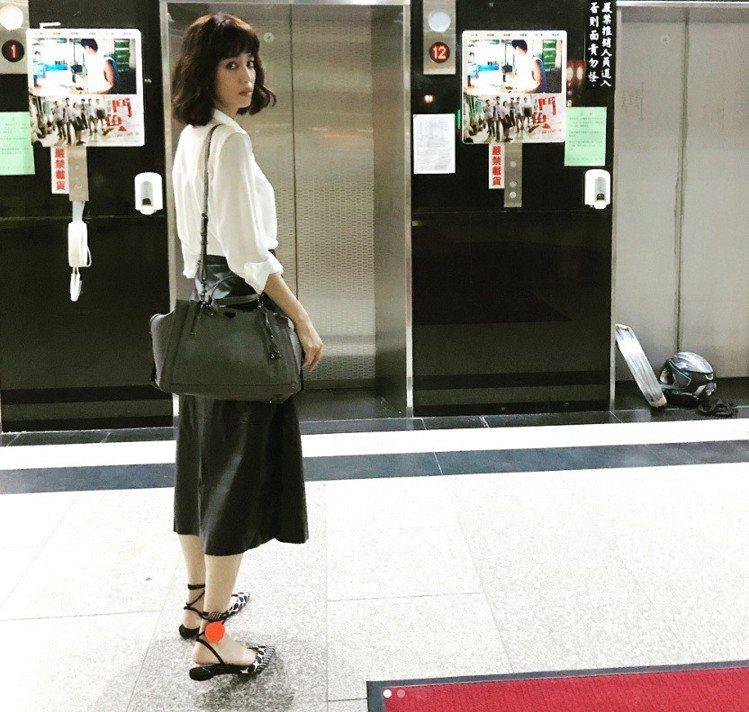 陳庭妮以素雅的白衣、黑皮革裙搭襯灰色的Dreamer手袋,沉靜優雅,鞋履成為巧妙...