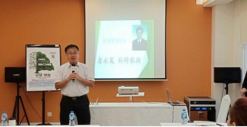 中興大學管理學院院長詹永寬在招生說明會上介紹EMBA。 中興大學/提供