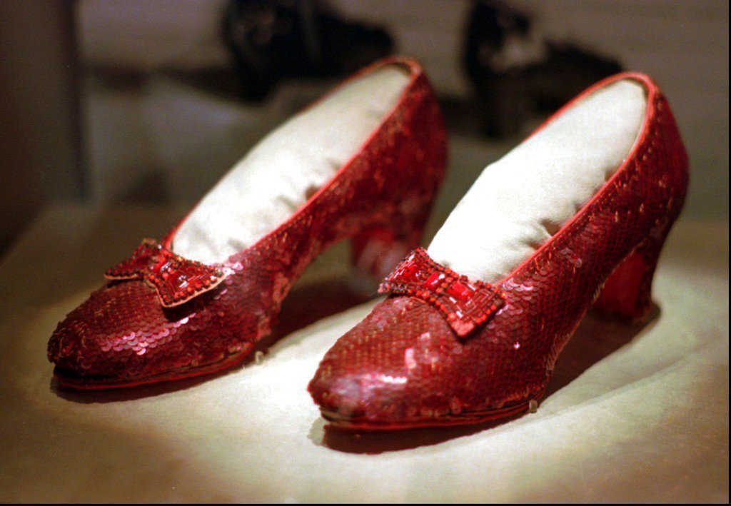 1939年上映的電影綠野仙蹤女主角穿的那雙紅色亮片鞋終於尋獲。 美聯社