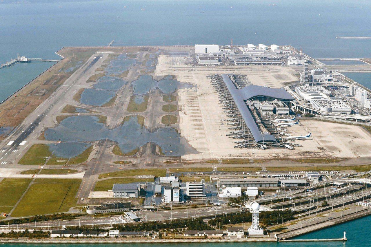 燕子颱風昨造成關西國際機場跑道淹沒,對外聯絡橋梁受損,今晨風雨減弱。 美聯社