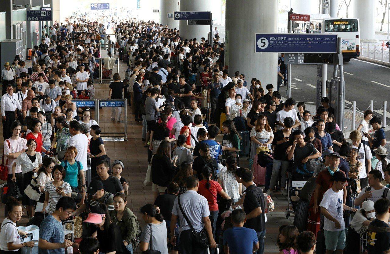 受困日本關西機場的旅客,只能靠巴士或搭船疏散。 歐新社