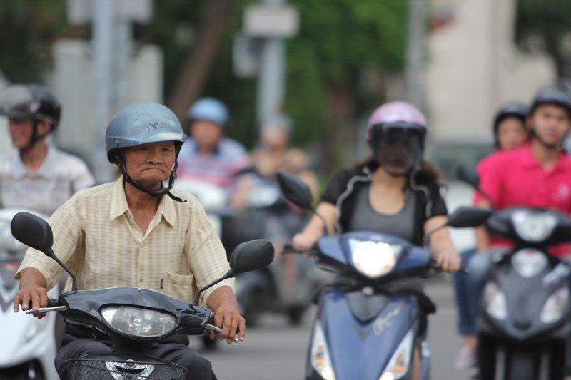 居民多依賴私人汽機車出行的城市,不利於老年人居住。 圖/聯合報系資料照