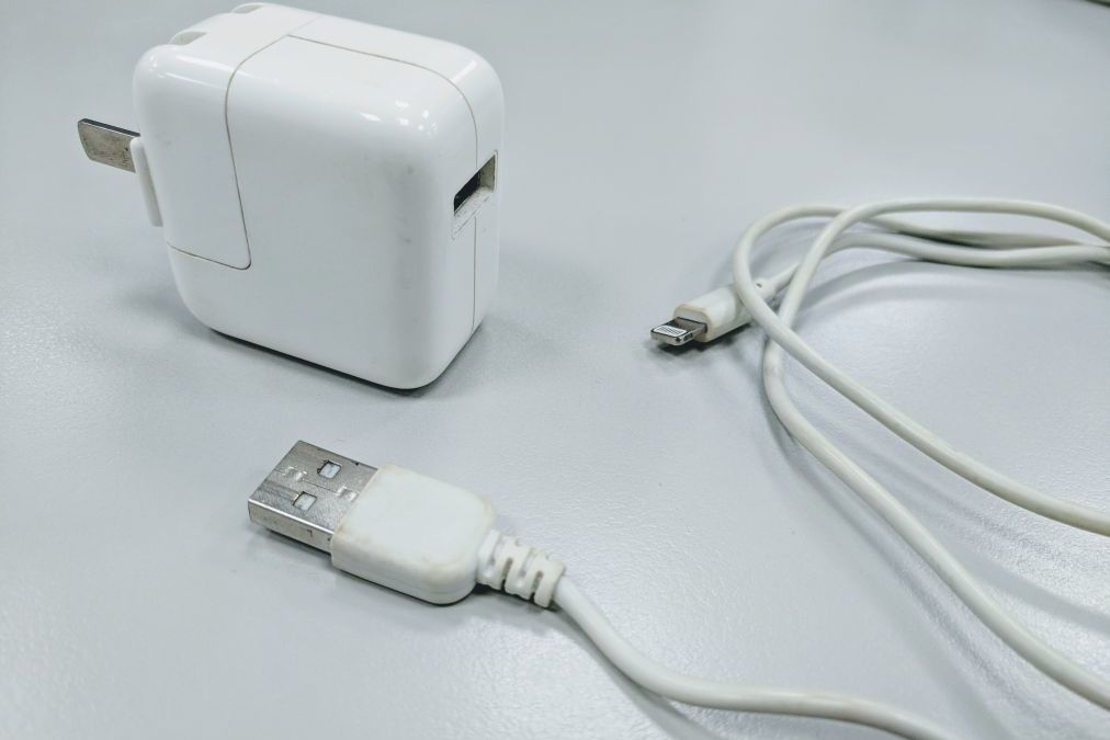蘋果系統的充電器因為方方正正形似豆腐,常被使用者暱稱作「豆腐頭」。報系資料照